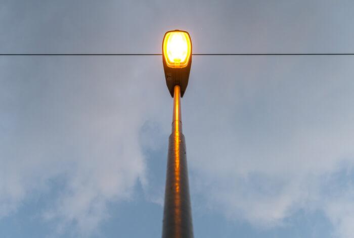 لامپ بخار سدیم (sodium-vapor lamp)